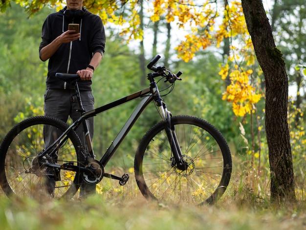 Ciclista de cara na floresta de outono em outubro. estilo de vida ativo. atividades ao ar livre e ciclismo Foto Premium