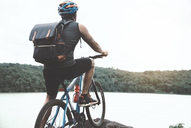 Ciclista em dia ensolarado.bike aventura viagem foto Foto gratuita