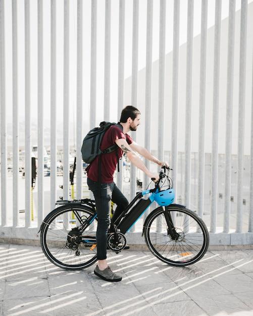 Ciclista fazendo uma pausa em uma e-bike Foto gratuita