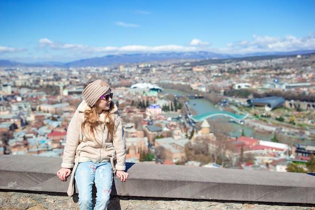 Cidade antiga, novo parque summer rike, rio kura, a praça europeia e a ponte da paz Foto Premium
