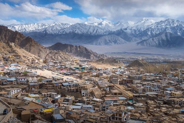 Cidade bonita de leh no fundo das montanhas da bordadura, ladakh india tibet. Foto Premium