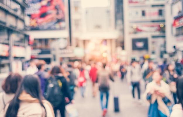 Cidade com as pessoas andando fora de foco Foto gratuita