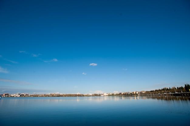 Cidade com céu azul Foto Premium