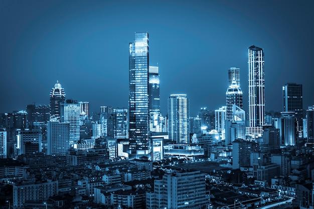 Cidade da noite brilhante Foto gratuita