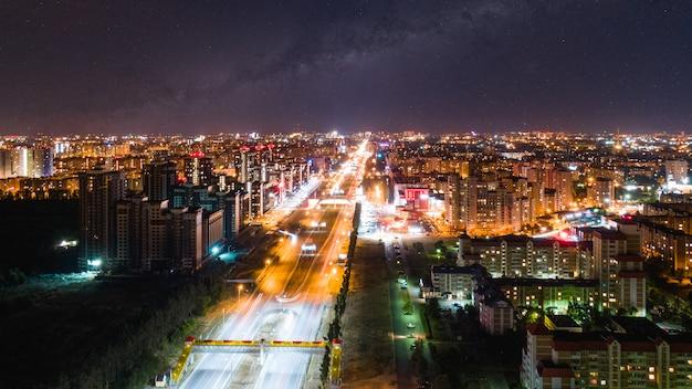 Cidade da noite sob o céu estrelado Foto Premium
