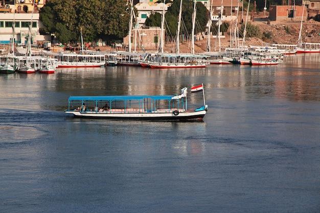 Cidade de assuão no egito no rio nilo Foto Premium