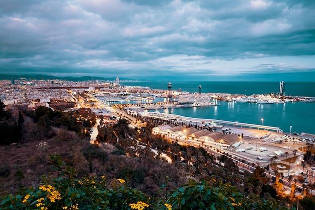 Cidade de barcelona à noite Foto Premium