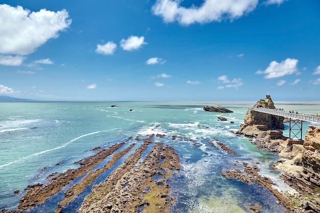 Cidade de biarritz e vista de rocher de la vierge, uma estátua da virgem maria na rocha na frança Foto Premium