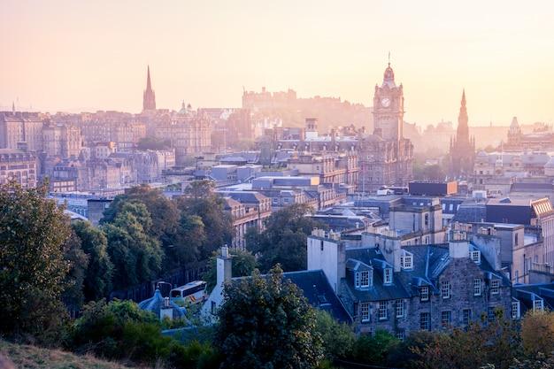 Cidade de edimburgo no inverno de calton hill, escócia, reino unido Foto Premium
