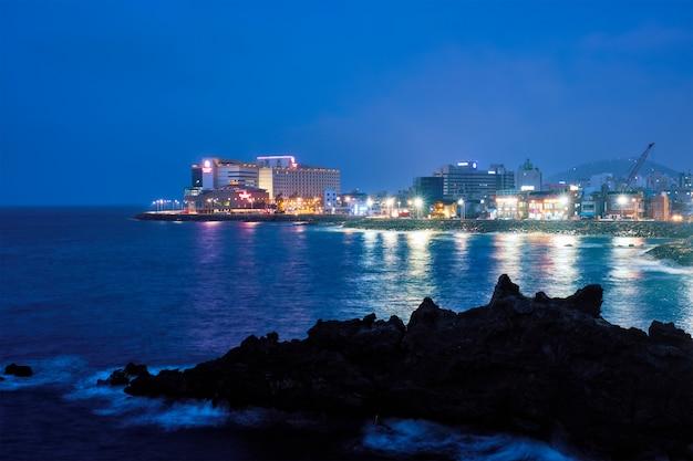 Cidade de jeju iluminada à noite, ilha de jeju, coréia do sul Foto Premium