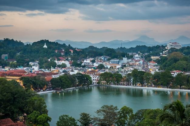 Cidade de kandy e lago, sri lanka Foto Premium