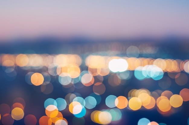 Cidade de noite com luz colorida bokeh abstrata na cidade colorida bonita na noite Foto Premium