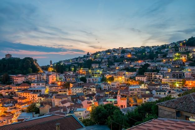 Cidade de noite romântica nos raios do pôr do sol. Foto Premium