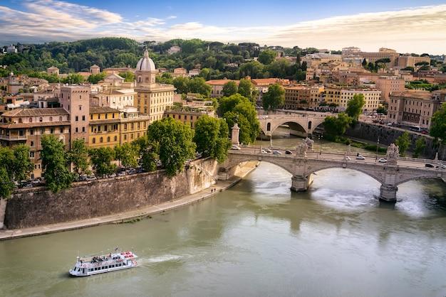 Cidade de roma e rio tibre Foto Premium