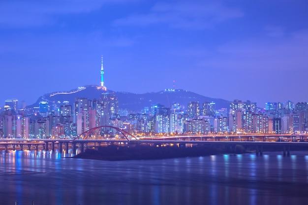 Cidade de seul e ponte, linda noite da coréia com a torre de seul à noite, coréia do sul. Foto Premium