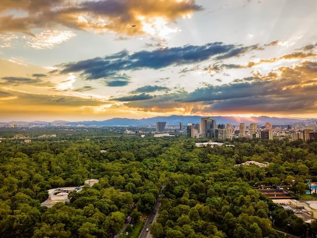 Cidade do méxico, chapultepec vista aérea panorâmica, pôr do sol Foto Premium