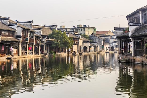 Cidade do rio paredes rústicas casa do sul Foto gratuita