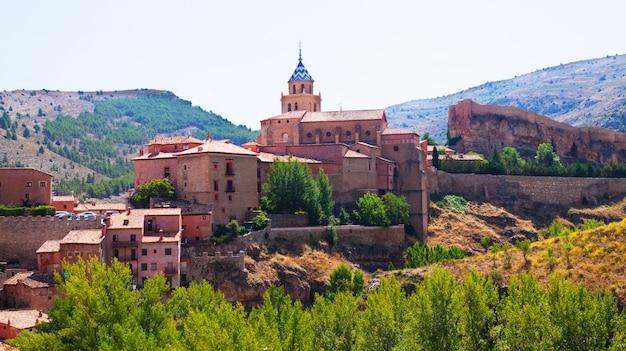 Cidade espanhola no verão. albarracín Foto gratuita