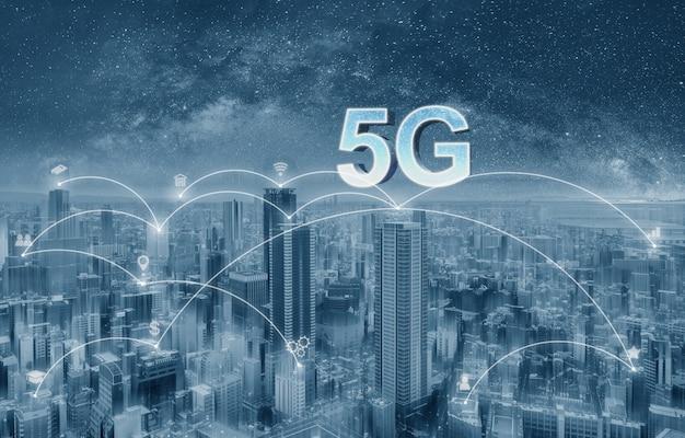 Cidade futurista com 5g internet e ícones de aplicativos, cidade inteligente Foto Premium