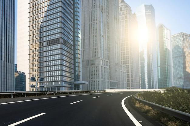 Cidade moderna e luz solar Foto gratuita