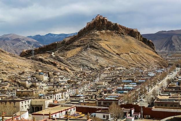 Cidade nas montanhas Foto gratuita