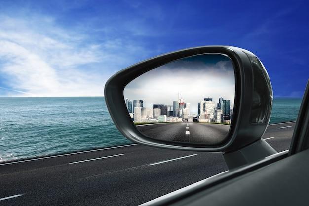 Cidade no espelho retrovisor Foto Premium