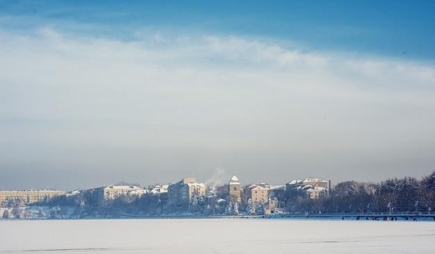 Cidade no lago Foto Premium