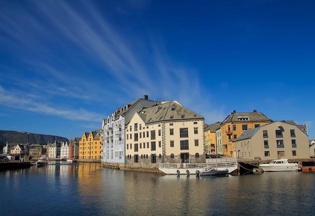 Cidade norueguesa de alesund no verão, lugares bonitos na escandinávia, Foto Premium