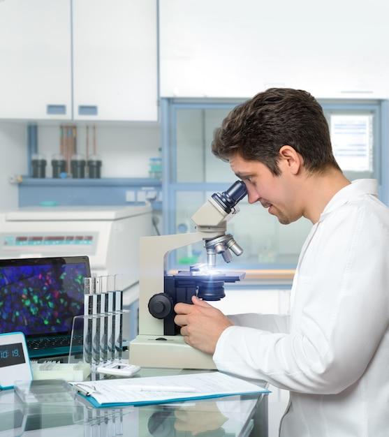 Cientista masculina ou tecnologia funciona com microscópio Foto Premium
