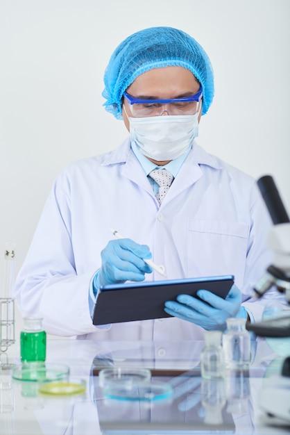 Cientista trabalhando no laboratório Foto gratuita