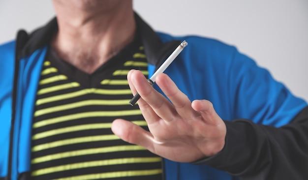 Cigarro de fumo de homem. conceito de fumar Foto Premium