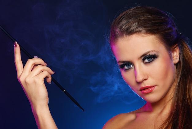 Cigarro de fumo de mulher bonita Foto gratuita