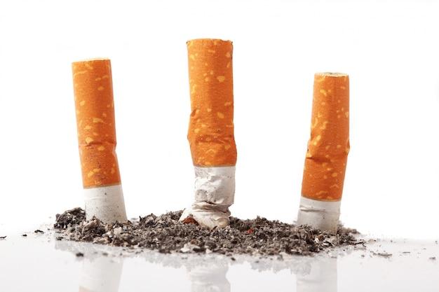 Cigarro isolado no branco Foto Premium