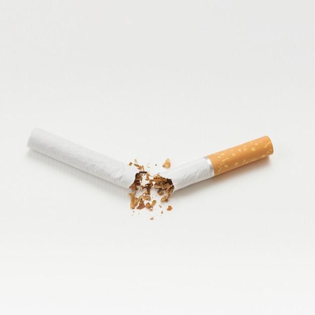 Cigarro quebrado isolado no fundo branco Foto gratuita