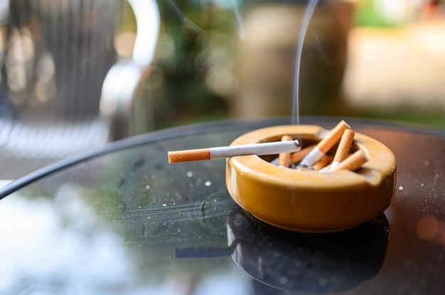 Cigarro, queimadura, com, fumar, ligado, cinzeiro Foto Premium