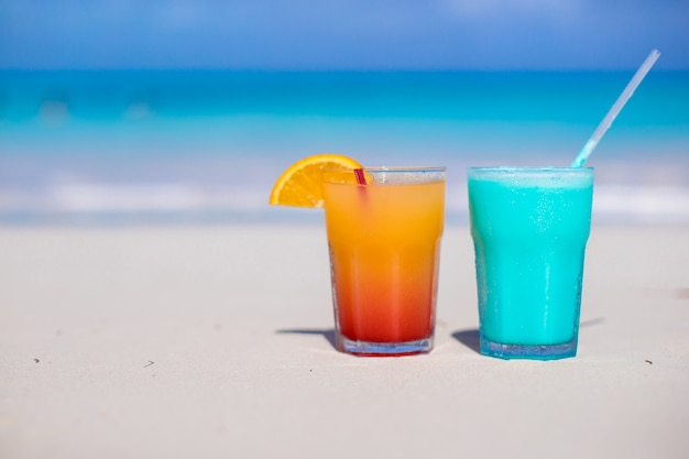 Cima, azul, curacao, e, manga, coquetel, ligado, a, praia branca arenosa Foto Premium