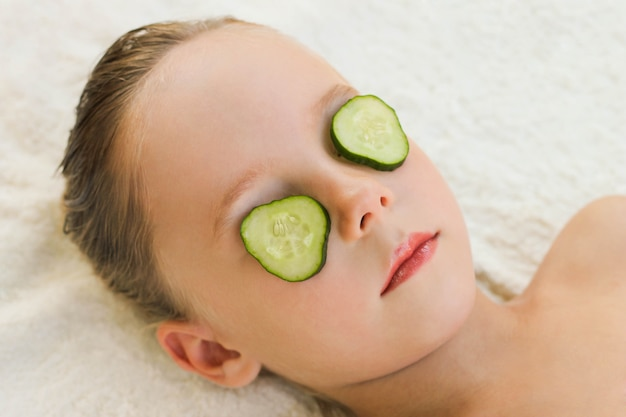 Cima, de, bonito, menina, com, máscara facial, de, pepino Foto Premium