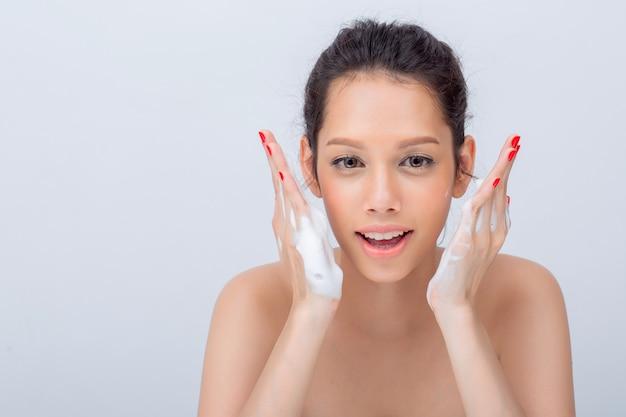 Cima, de, bonito, mulher asian, v-shape, rosto, com, limpeza, espuma, para, cuidado pele Foto Premium