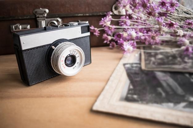 Cima, de, câmera velha, lente, sobre, fundo, de, antigas, mala couro Foto Premium