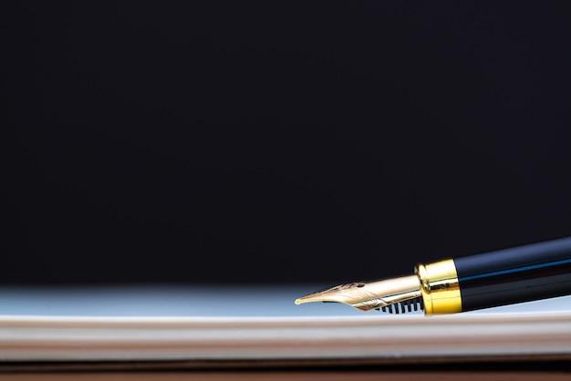 Cima, de, caneta tinteiro, ou, tinta, caneta, com, caderno, papel, ligado, madeira, tabela trabalhando Foto Premium