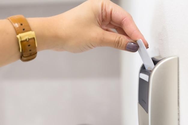 Cima, de, mão feminina, abertura, keycard, fechadura eletrônica Foto Premium