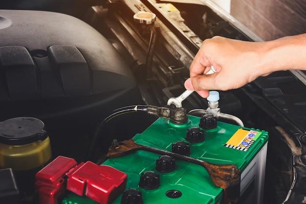 Cima, de, mecânico, engenheiro, mão, mudança, bateria carro, por, chave chave Foto Premium