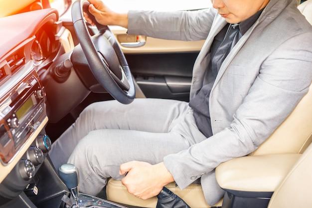 Cima, de, motorista, puxando, handbrake, alavanca, carro Foto Premium