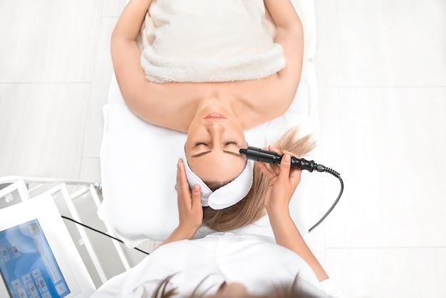 Cima, de, mulher, cima, recebendo, elétrico, facial, olhos, massagem Foto Premium