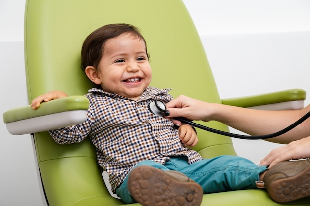 Cima, menino bebê, sendo, examinado Foto gratuita
