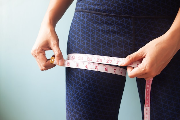 Cima, mulher, mãos, medindo, dela, pernas Foto Premium