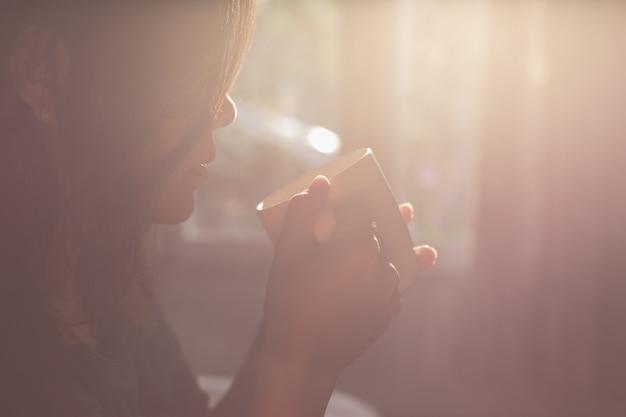 Cima, mulher segura, xícara café, em, manhã, tempo, foco, ligado, mão Foto Premium