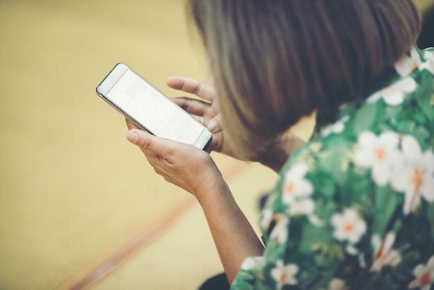 Cima, mulher, usando, esperto, telefone Foto gratuita