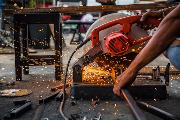 Cima, trabalhador, usando, máquina, corte, aço Foto Premium