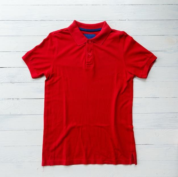 Cima, vista superior, de, homem, polo, camisa, colocar, ligado, rústico, tampo madeira Foto Premium